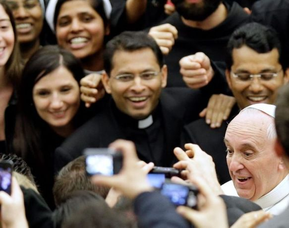 pope-francis-joins-the-crowd-to-pose-for-selfies