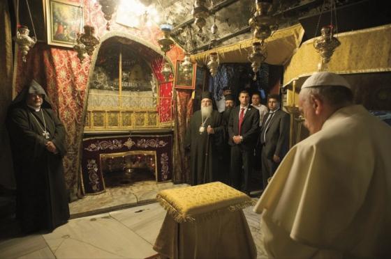 Vor-dem-Brand-Papst-Franziskus-in-der-Geburtsgrotte-2