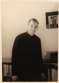 Imagen de 1966 del seminarista argentino Jorge Mario Bergoglio en la escuela El Salvador, donde enseñaba literatura y psicología en Buenos Aires, Argentina. Bergoglio fue elegido papa el 13 de marzo de 2013; eligió el nombre de Francisco. (Foto AP/Escuela El Salvador)