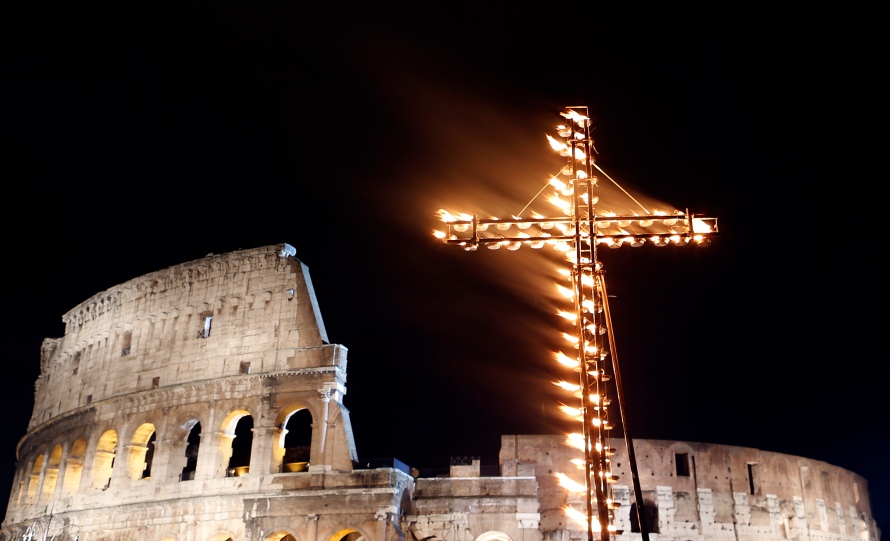 A lit cross is pictured before Pope Francis leads a Via Crucis (Way of the Cross) procession during Good Friday celebrations in front of Colosseum in Rome March 29, 2013. Holy Week is celebrated in many Christian traditions during the week before Easter. REUTERS/Alessandro Bianchi (ITALY - Tags: RELIGION TRAVEL) - RTXY27A