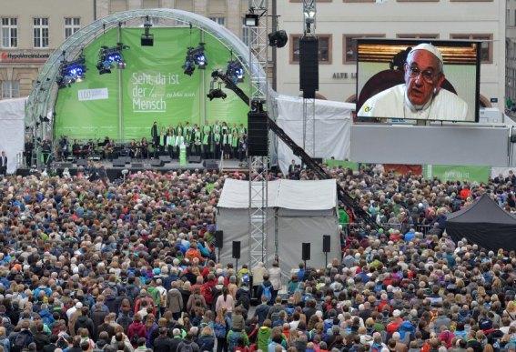 """Papst Franziskus spricht am 25.05.2016 in einer Videobotschaft zur Eröffnung des 100. Katholikentages auf dem Marktplatz in Leipzig (Sachsen). Der 100 Deutsche Katholikentag findet vom 25. bis 29. Mai 2016 unter dem Leitspruch """"Sehr, da ist der Mensch"""" in Leipzig statt. Foto: Hendrik Schmidt/dpa +++(c) dpa - Bildfunk+++"""