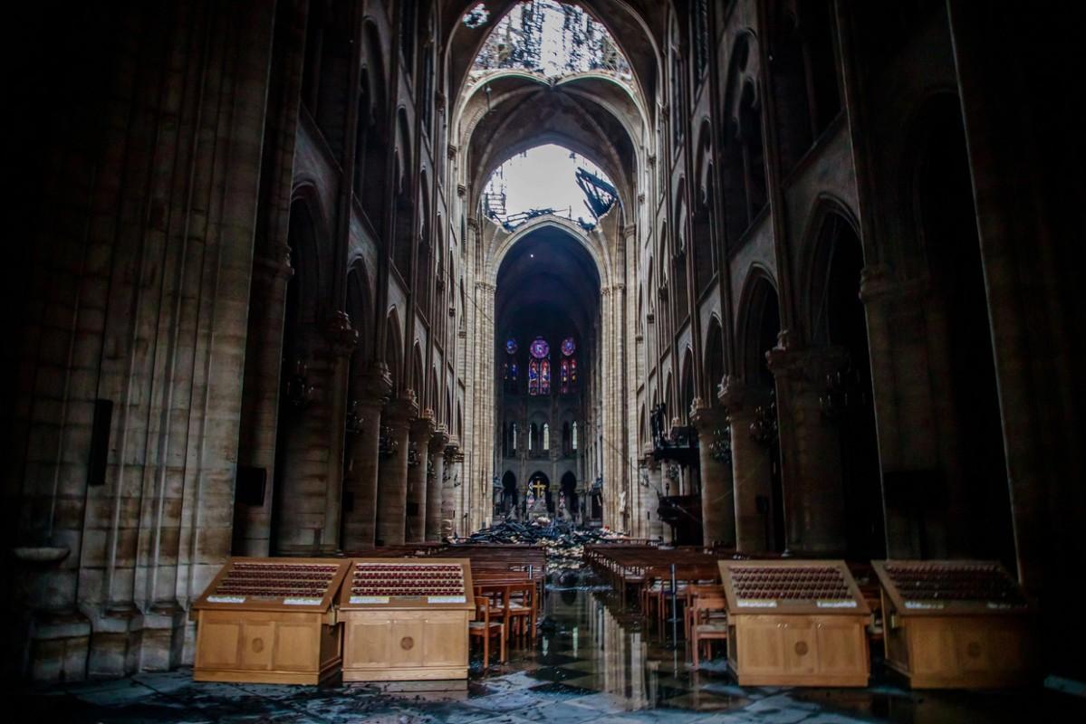Kardinaal Burke: Het vuur dat de Notre Dame van Parijs verwoestte is een weerspiegeling van de aanvallen op het geloof door de zonden en misdaden van de mensheid